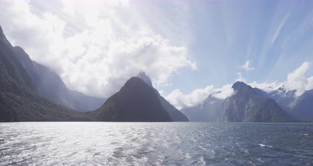 nieuw zeeland : Milford Sound in Fiordland National Park and Mitre Peak, New Zealand. Iconic and famous New Zealand nature landscape seen from cruise ship