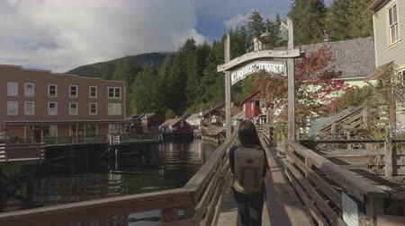 аляскинским : Ketchikan Creek Street in Alaska. Tourist woman walking in famous Alaska tourism attraction in Alaskan cruise ship destination of Ketchikan.