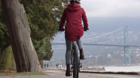 Ванкувер : Cyclist biking in Stanley Park by Lions Gate Bridge on Vancouver Seawall. Bike rental is a popular tourist activity in Vancouver, British Columbia, Canada.