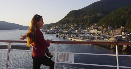 alaszka : Cruise ship passenger in Alaska city of Ketchikan standing on cruise ship deck while sailing Inside Passage. Ketchikan is a famous Alaska cruise ship destination for tourist travel sightseeing.