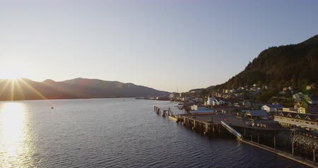 аляскинским : Ketchikan Alaska Summer- Cruise ship destination in Alaska Inside Passage. Beautiful Alaskan sunset in Ketchikan city and harbor as seen from cruse ship Стоковые видеозаписи