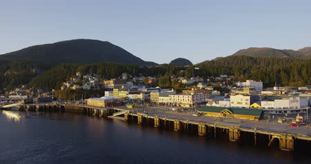 аляскинским : Alaska City of Ketchikan - Cruise ship destination in Alaska Inside Passage. Beautiful Alaskan sunset in Ketchikan city and harbor as seen from cruse ship