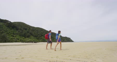 кора : Hiking Couple. People tramping in New Zealand beach travel vacation on Bark Bay beach enjoying holidays in Abel Tasman National Park, New Zealand