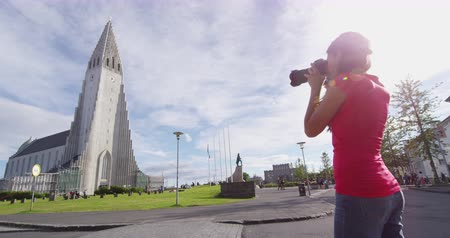 hallgrimskirkja : Reykjavik Iceland tourist photographing of Hallgrimskirkja church in Reykjavik. Woman taking pictures of tourism landmarks and tourist attractions in Reykjavik, the capital of Iceland. Stock Footage