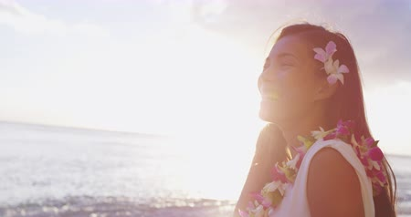 гавайский : Multiracial Beach woman smiling cute laughing on beautiful Beach on Hawaii. Cute girl wearing traditional flower Lei on Hawaiian beach. Multicultural Asian Caucasian girl at sunset on Oahu, Hawaii USA