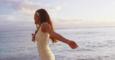 naszyjnik : Happy carefree woman free at Hawaii beach sunset wearing flower Lei ready for Hawaiian beach Luau