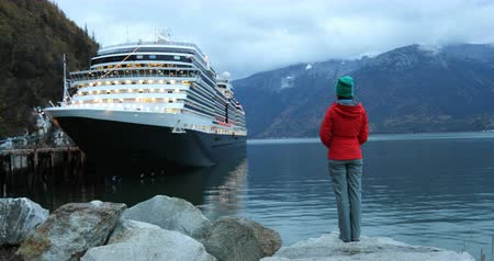 посещающий : Tourist on Alaska cruise ship taking looking at cruise ship in Skagway, Alaska, USA. at night on travel vacation