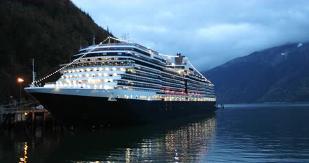 hostující : Cruise ship in Skagway, Alaska, USA. at night. Alaska tourism travel vacation,