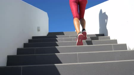 интенсивность : Stairs running woman doing run up steps on staircase. Female runner athlete climbing stairs in sport workout run outside.