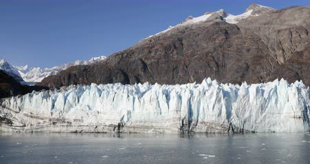 estados unidos da américa : Alaska Glacier Bay nature landscape view from cruise ship holiday travel. Global warming and climate change concept with melting glacier with Margerie Glacier and Mount Fairweather Range mountains.