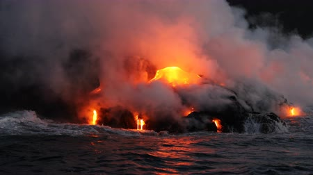 volkan : Hawaii Lava ocean close up - Lava running in the ocean from Kilauea volcano, Hawaii. Lava stream seem from lava boat tour flowing from volcanic eruption on Big Island, USA. Dawn Slow motion. Stok Video