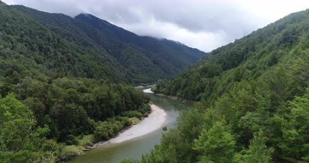 régiók : New Zealand aerial drone footage of nature landscape on West Coast Region of South Island, New Zealand. River Landscape