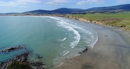turisták : New Zealand aerial drone footage of coast and beach nature landscape at Te Waewae Bay by Orepuki in the Southland region of the south island of New Zealand.