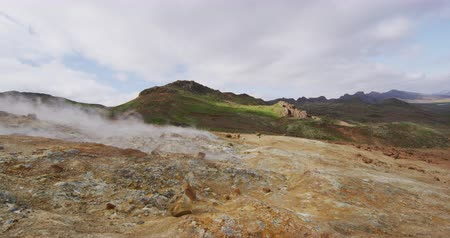 vulkanen : Volcano geothermal volcanic activity video - Iceland landscape nature showing volcanic active fumarole hot springs and mud pots. Seltun geothermal field in Krysuvik on Reykjanes, South West Iceland. Stockvideo
