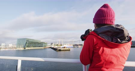 кит : Iceland tourist photographer on harbour cruise and whale watching. Woman taking pictures with SLR camera enjoying travel vacation boat tour