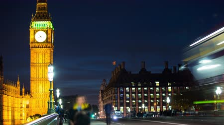wielka brytania : London, England time lapse of Big Ben and traffic on Westminster Bridge and UK Parliament city street with night lights. Famous British landmark illuminated.