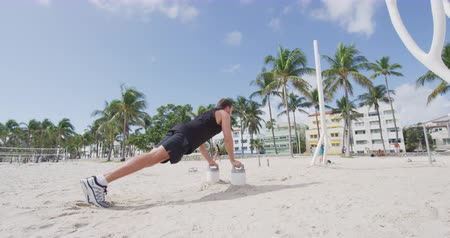 poignée : Homme de fitness faisant des push ups formation travaillant sur les muscles à la salle de gym en plein air à South Beach, Calisthenic Park, South Beach, Miami, Floride Vidéos Libres De Droits