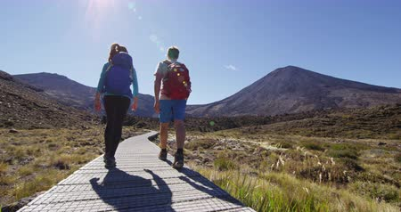 nový zéland : New Zealand Hiking Couple Backpacking Tramping At Tongariro National Park. Male and female hikers hiking by Mount Ngauruhoe. People living healthy active lifestyle outdoors