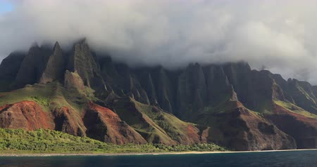 elvonult : Hawaii beach, Kauai. Na pali coast view from water. Famous Hawaiian travel destination. Napali coastline in Kaui, Hawaii, USA, the Honopu arch.