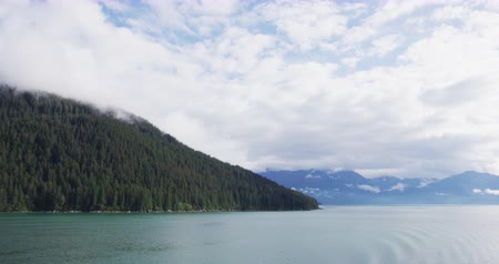 аляскинским : Inside passage nature landscape in Alaska seen from cruise ship. Travel tourist destination adventure tour in Alaska Стоковые видеозаписи