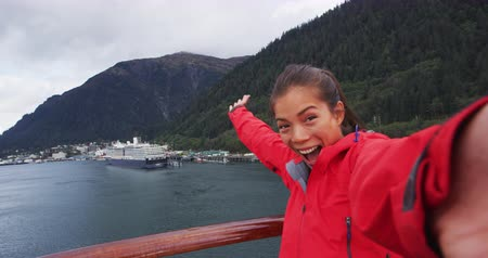 аляскинским : Selfie video - Cruise ship passenger in Alaska city of Ketchikan welcoming smiling hands saying hello looking at camera while sailing Inside Passage