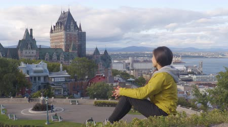 göçmen : Canada travel Quebec city tourist enjoying view of Chateau Frontenac castle and St. Lawrence river in background. Autumn traveling holiday people lifestyle.