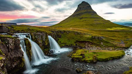 poloostrov : VIDEO LOOP SEAMLESS: Iceland timelapse photography of famous waterfall and mountain. Kirkjufellsfoss and Kirkjufell in Iceland nature landscape. Time lapse video in 4K - looping. 8K UHD available