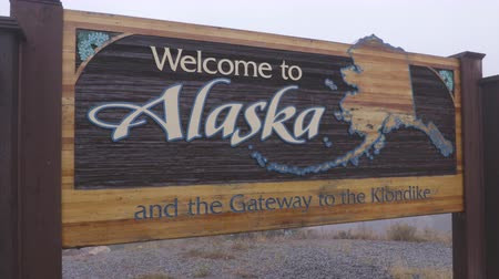 마지막 : Alaska sign welcome billboad on the South Klondike Highway near Skagway.
