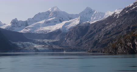 alaszka : Glacier Bay landscape showing Johns Hopkins Glacier and Mount Fairweather Range mountains, Alaska, USA. Stock mozgókép