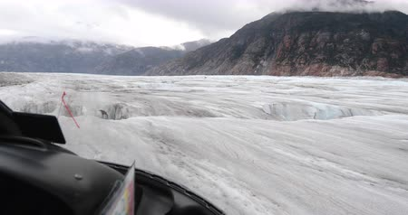 személyszállító hajó : Helicopter landing on glacier in Alaska on glacier helicopter tour from Skagway. Tourists visiting Chilkat glacier on tour cruise ship shore excursion. View from Cockpit. 59.94 FPS SLOW MOTION.
