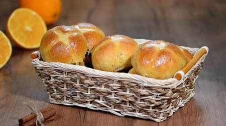 krentenbol : Pasen Hot Cross Buns in een mandje
