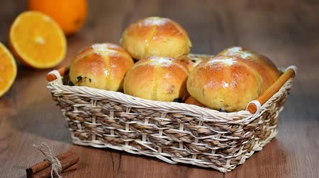 suikerfeest : Pasen Hot Cross Buns in een mandje