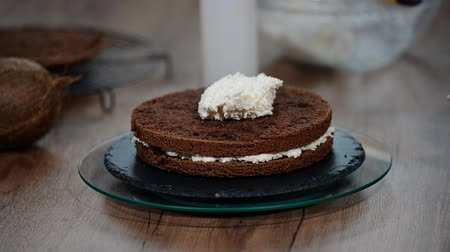 envidraçado : Cooking cake. Chocolate sponge cake with cream. Pastry bag