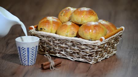 изюм : Easter Hot Cross Buns in a Basket. Pour milk into a Cup Стоковые видеозаписи