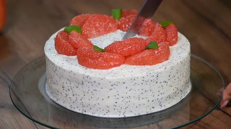 geçiştirmek : Homemade cake with grapefruit. Cut a piece of cake