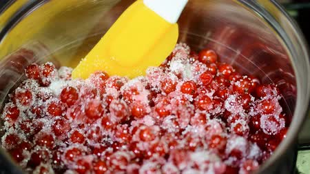 marmelada : Red currant with sugar in a saucepan. Cook the jam Stock Footage