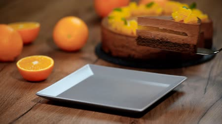 geçiştirmek : Put in a plate a piece of chocolate orange mousse cake