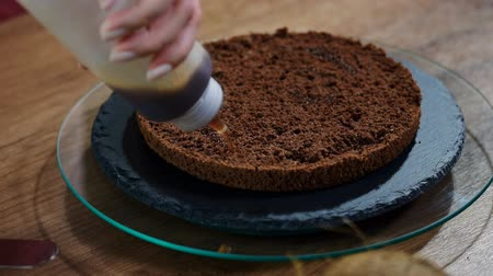 série : Impregnation with a syrup of chocolate biscuit. Baking a chocolate biscuit cake