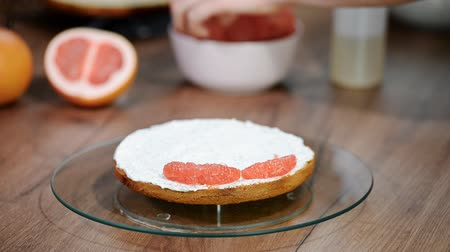 makowiec : Confectioner prepares Layer Cake. Homemade cake with grapefruit. Wideo