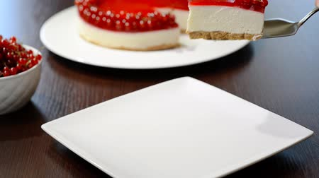 смородина : Put a piece of cheesecake with a red currant in a white plate Стоковые видеозаписи