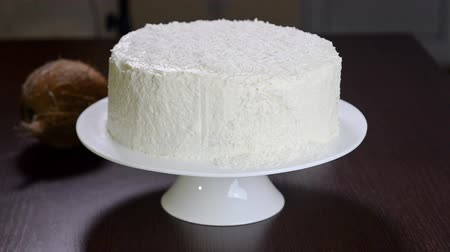 чизкейк : Decorate the cake with coconut flakes