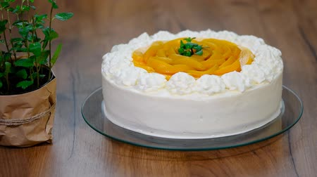 šlehačka : Homemade cream cake with peaches.