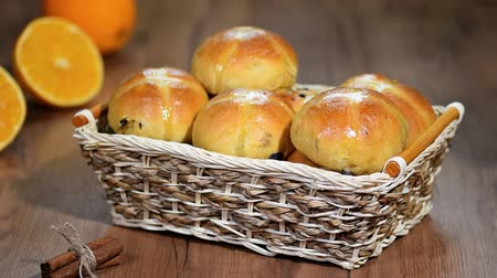 krentenbol : Pasen Hot Cross Buns in een mandje.