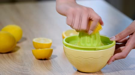 cítrico : Squeezing fresh lemon juice.