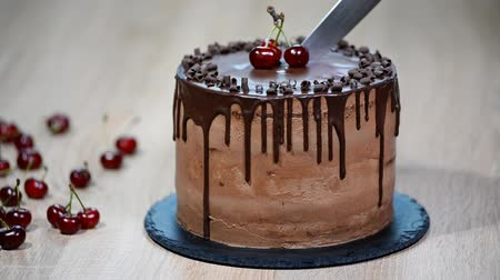indulgência : Chocolate cake with cherries and chocolate cream.