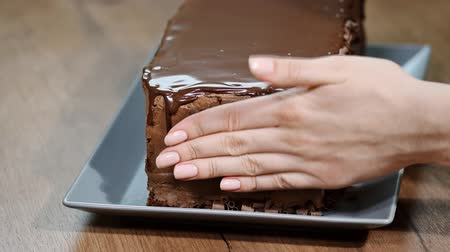 olvasztott : A confectionery, decorating an cake with chocolate pieces.