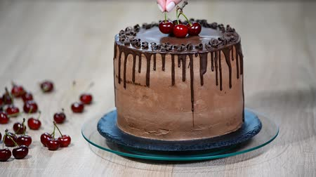 cereja : Chocolate cake with cherries and chocolate cream.