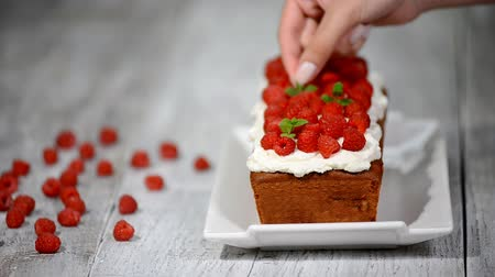 engorda : Cake with raspberries and mint leaves.