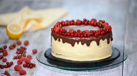 сироп : Chocolate honey layer cake Medovik with berries.