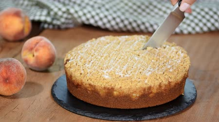 őszibarack : Cutting a piece of peach crumble cake. Stock mozgókép